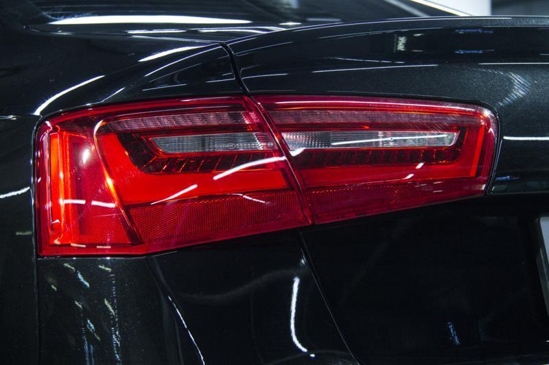 Защита задних фонарей на автомобиле Audi A6 полиуретановой стайлинг пленкой DYNOsmoke